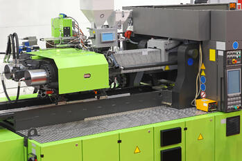 injection molding machine for manufacturing plastic parts